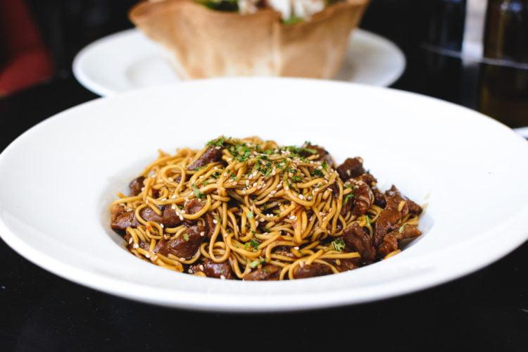 Pittig rundvlees met wok groente en noodles