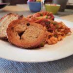 Spaghetti met tonijn in tomatensaus geserveerd met in de pan gebakken olijfstokbrood.